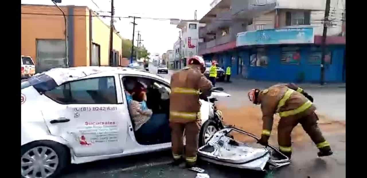 Una mujer quedó atrapada en su vehículo, luego del choque de crucero
