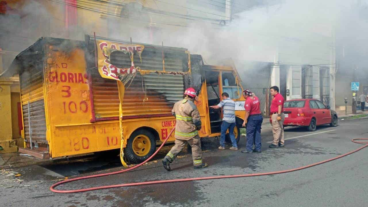El camión se incendió aparentemente por un corto circuito