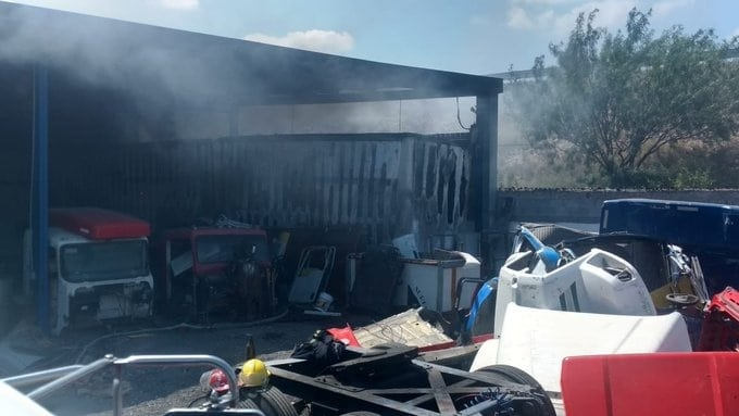 El incendio se registró en un taller mecánico que fue consumido en su totalidad