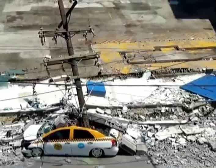 Se desplomó una barda sobre postes y un vehículo, que termino destrozado