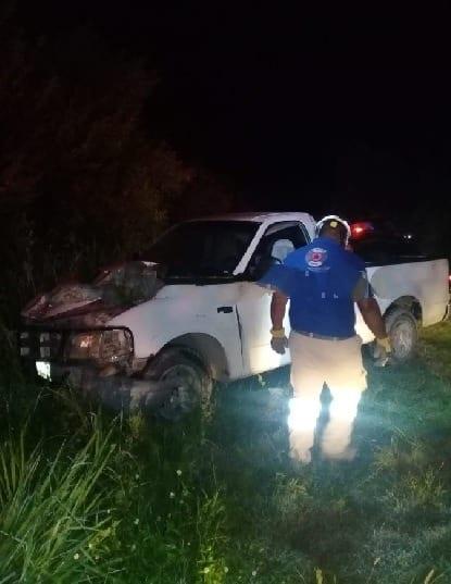 Terminaron con lesiones de consideración después de estrellar su camioneta, contra la estructura de acero