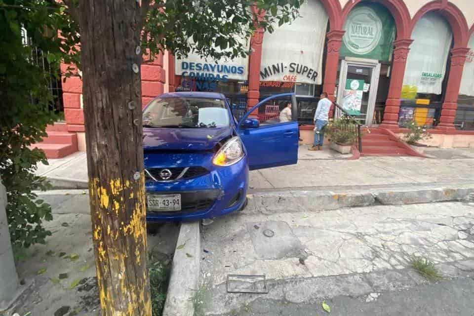 El joven terminó con diversas lesiones al estrellarse de frente contra la fachada de un negocio
