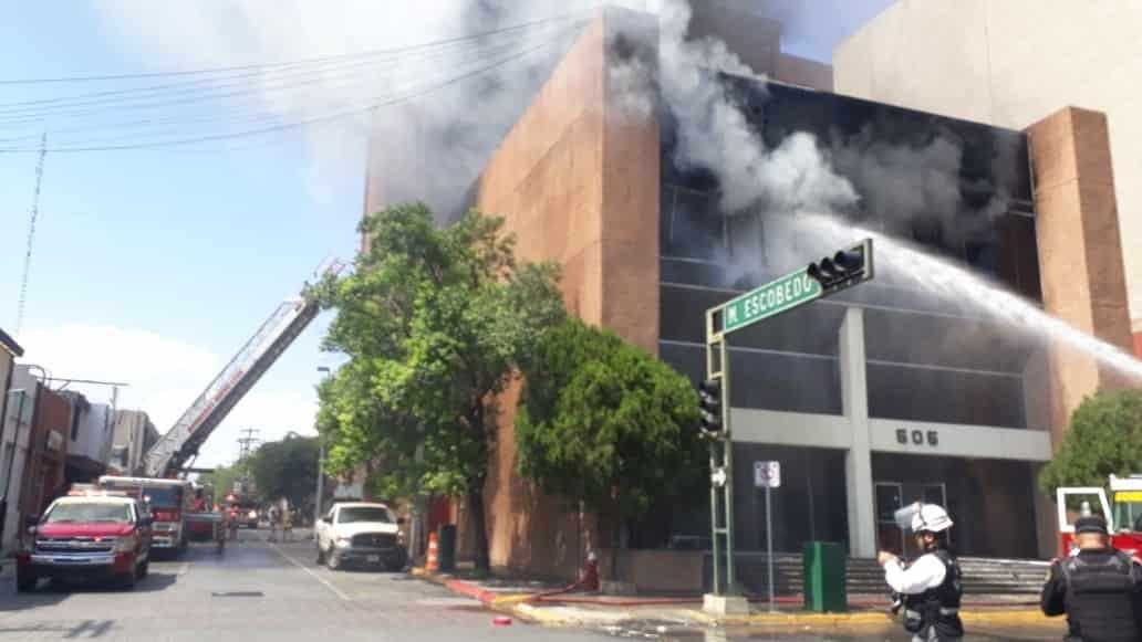 El incendio en las oficinas generales de Tesorería del estado, movilizó a los cuerpos de auxilio