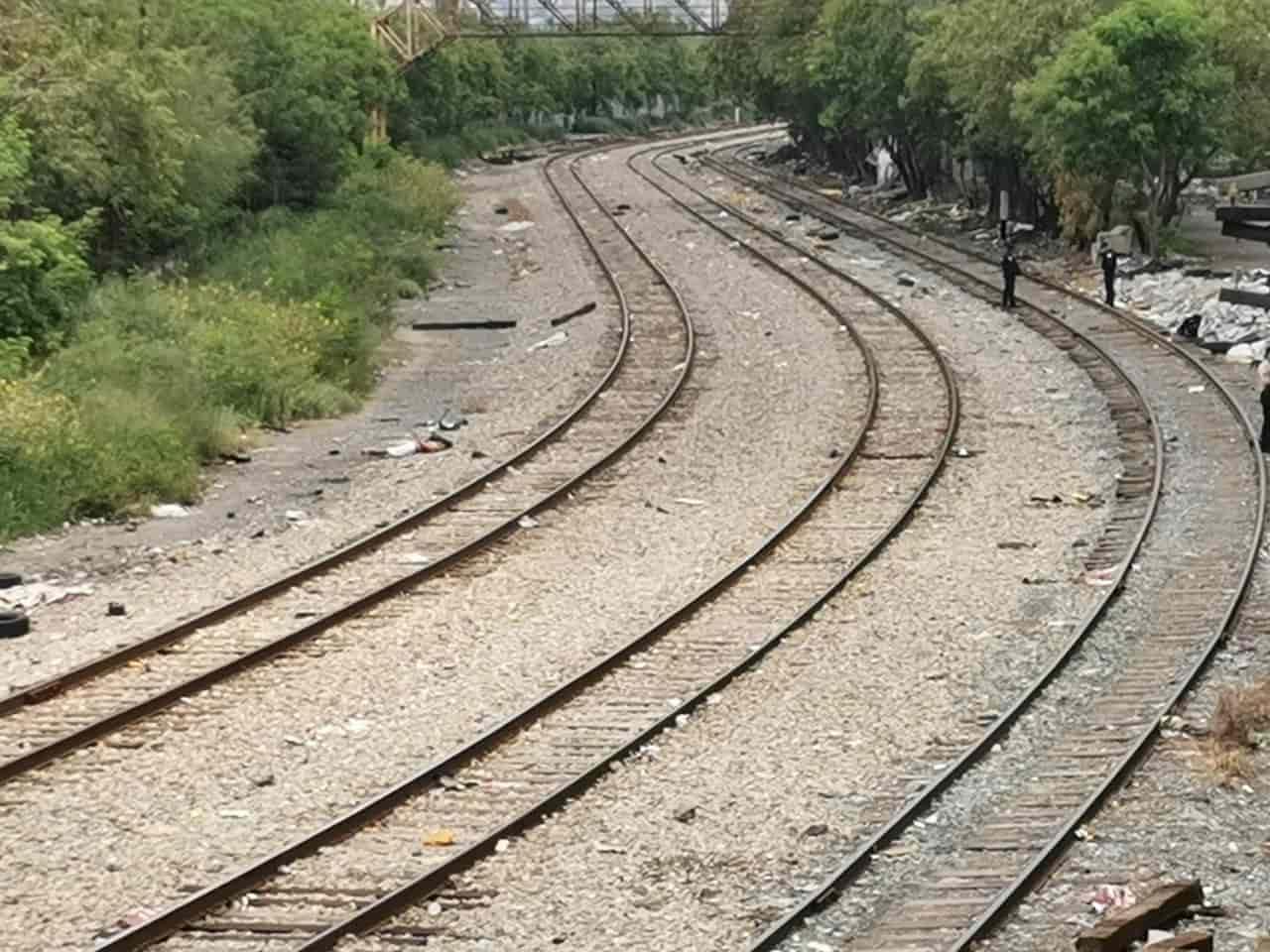 El cadáver maniatado por la espalda fue encontrado en las vías del tren