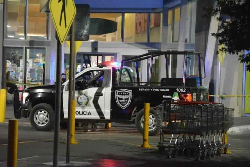 El cliente del centro comercial murió en el acceso principal