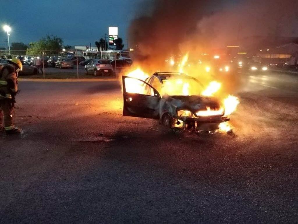 La camioneta se incendió debido a una falla mecánica