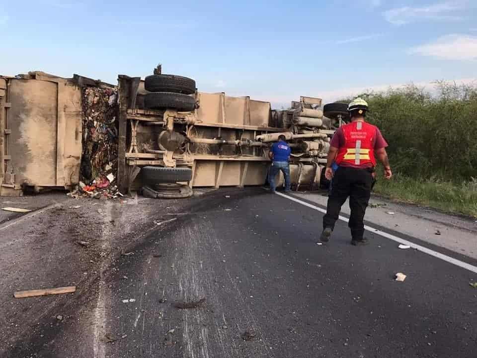 El camión recolector de basura cargado con más de 12 toneladas de desechos, terminó volcándose en la carretera Nacional