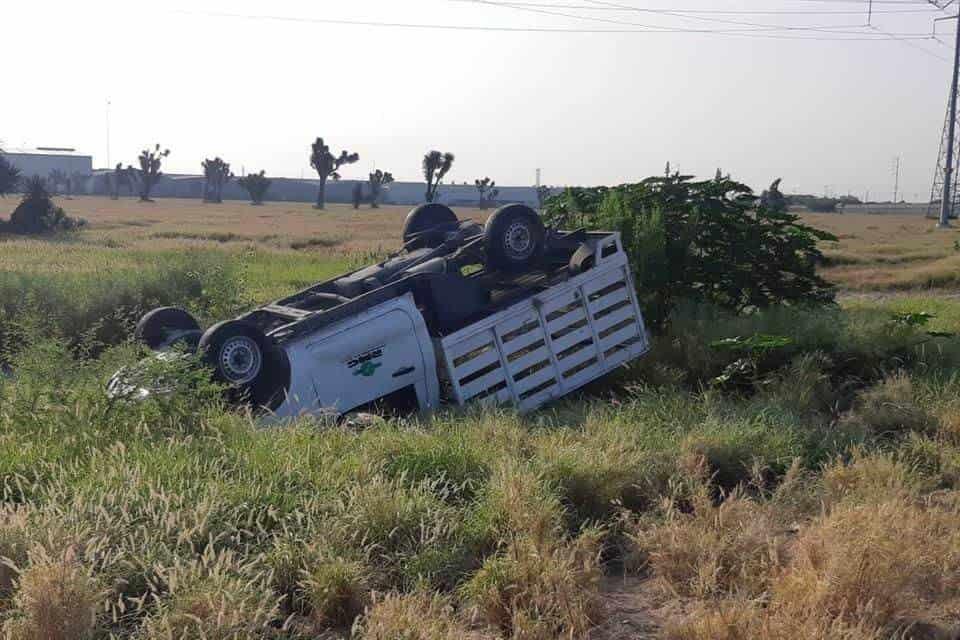 Terminó con algunas lesiones después de volcar su camioneta