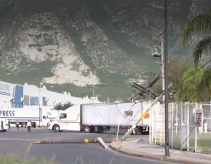 Las empresas se quedaron sin servicio de energía eléctrica, debido a un accidente vial provocado por un trailero