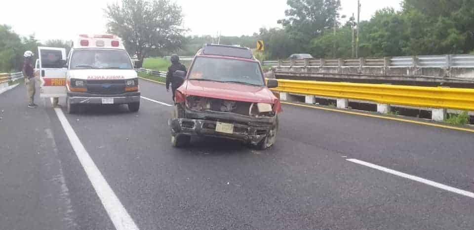 terminó con lesiones de consideración después de estrellar su camioneta contra un muro de contención