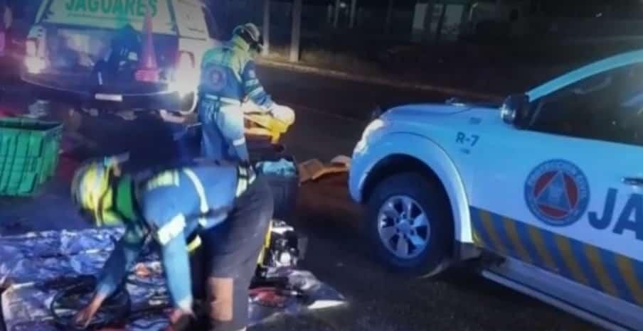 Se estrellaron por alcance contra un camión y un vehículo particular
