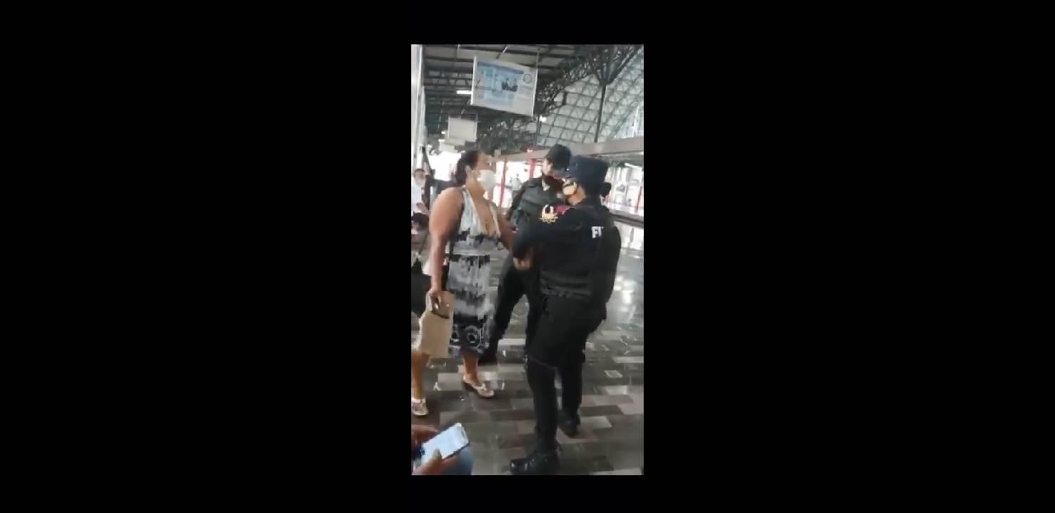 Luego de acercarse a exhortar a una mujer para que hiciera uso correcto del cubrebocas, ésta comenzó a agredir verbalmente a los elementos de Fuerza Civil