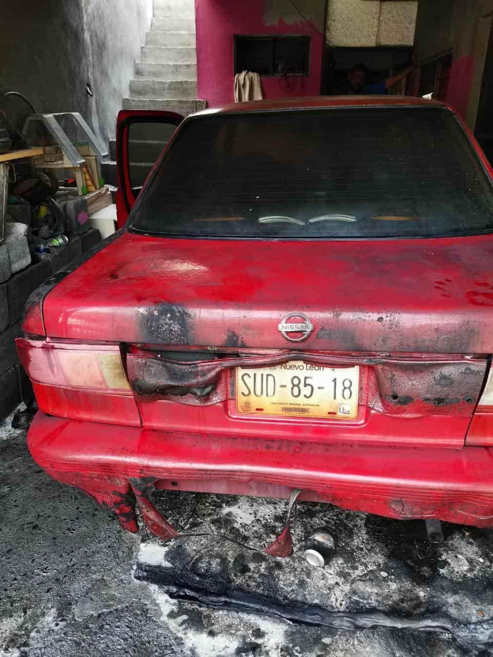 Varios desconocidos intentaron incendiar un vehículo con una bomba  molotov.