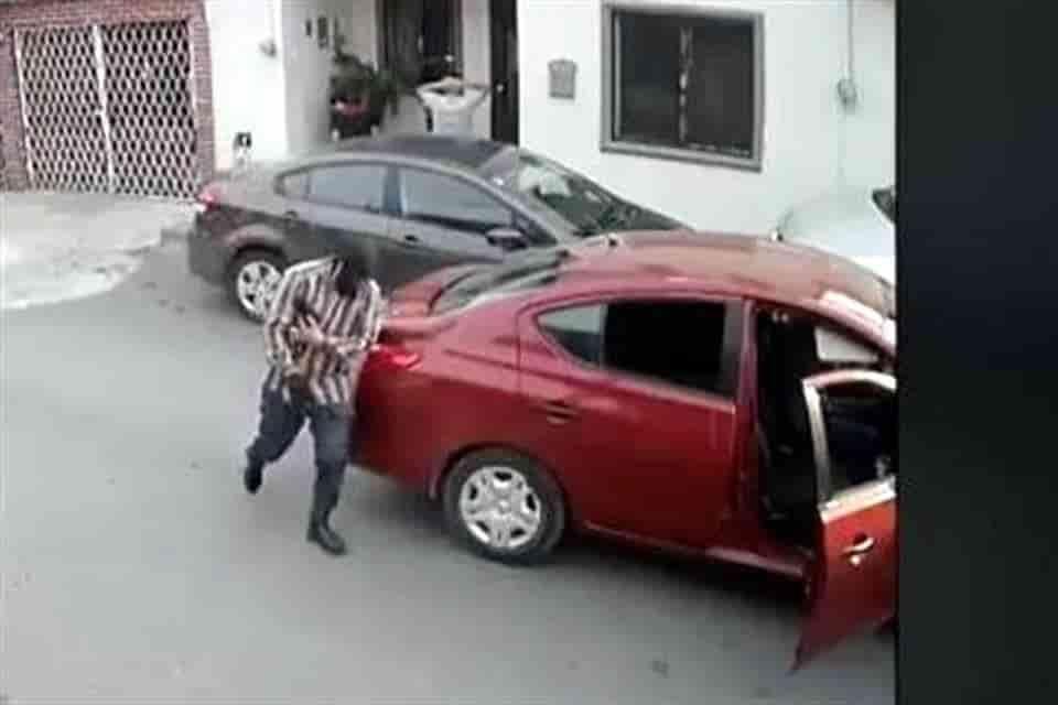 Buscan a dos sujetos que utilizan un automóvil Nissan, para cometer asaltos con lujo de violencia