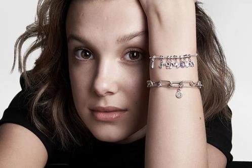 Lanza Millie Bobby Brown curiosa colección de joyas