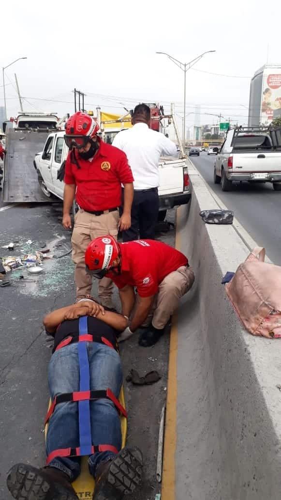 Dos lesionados dejó Un estrellamiento y volcadura de una camioneta de carga