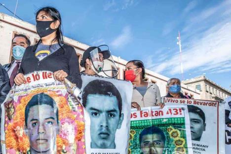 Familiares de los 43 normalistas llegan a Palacio Nacional