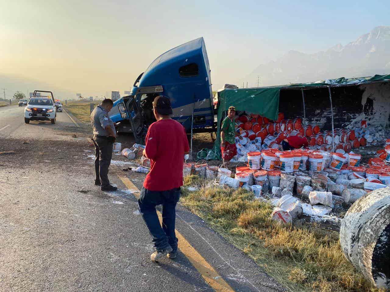El tráiler cargado con impermeabilizantes, volcó en la Carretera a Saltillo