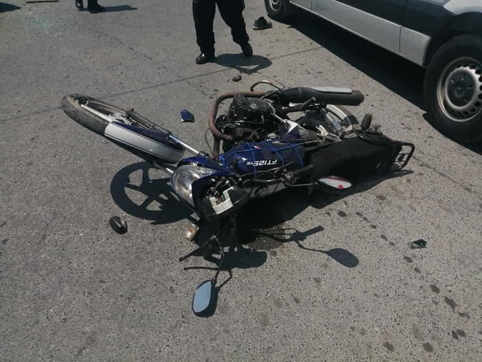 Terminó con lesiones graves, después de impactarse a toda velocidad en su motocicleta