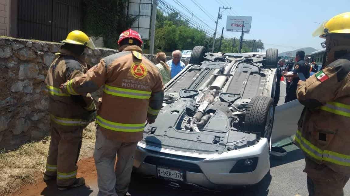 El conductor de volcó su unidad en la Avenida Garza Sada