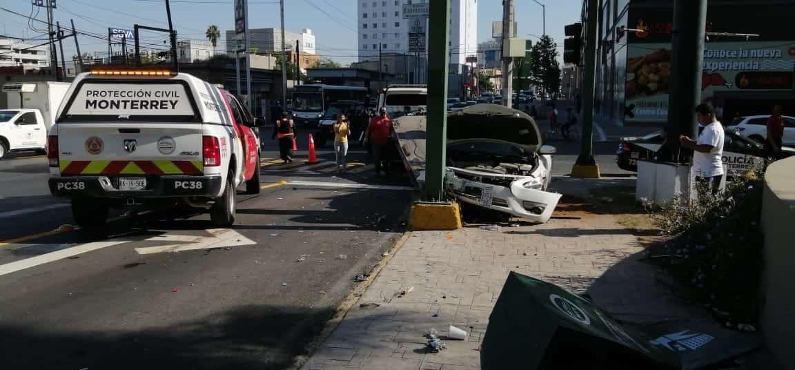 El automovilista fue chocado por otro vehículo que posteriormente se estrelló contra un semáforo