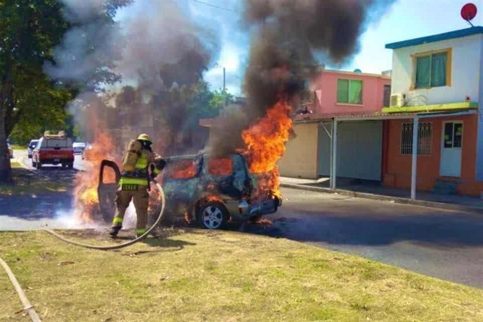 Su auto comenzó a incendiarse repentinamente