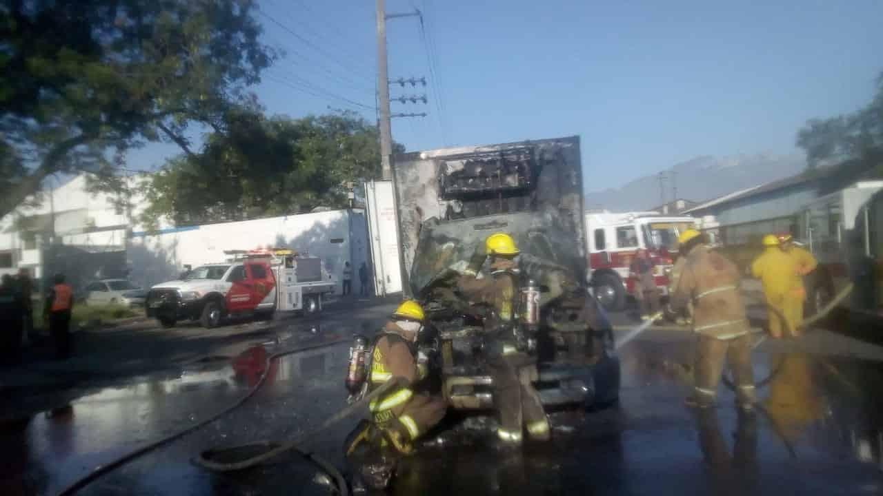 El camión se incendió aparentemente por un cortocircuito