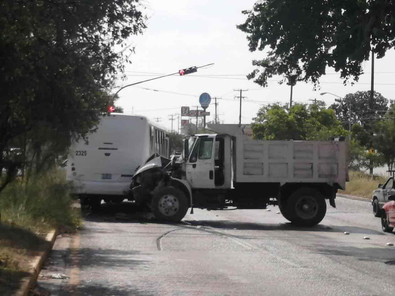 La unidad de personal fue impactada por un camión de volteo