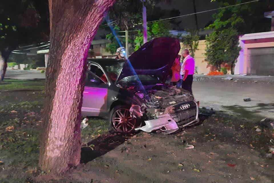 Resultó con lesiones de consideración al estrellar su vehículo contra los señalamientos de una obra