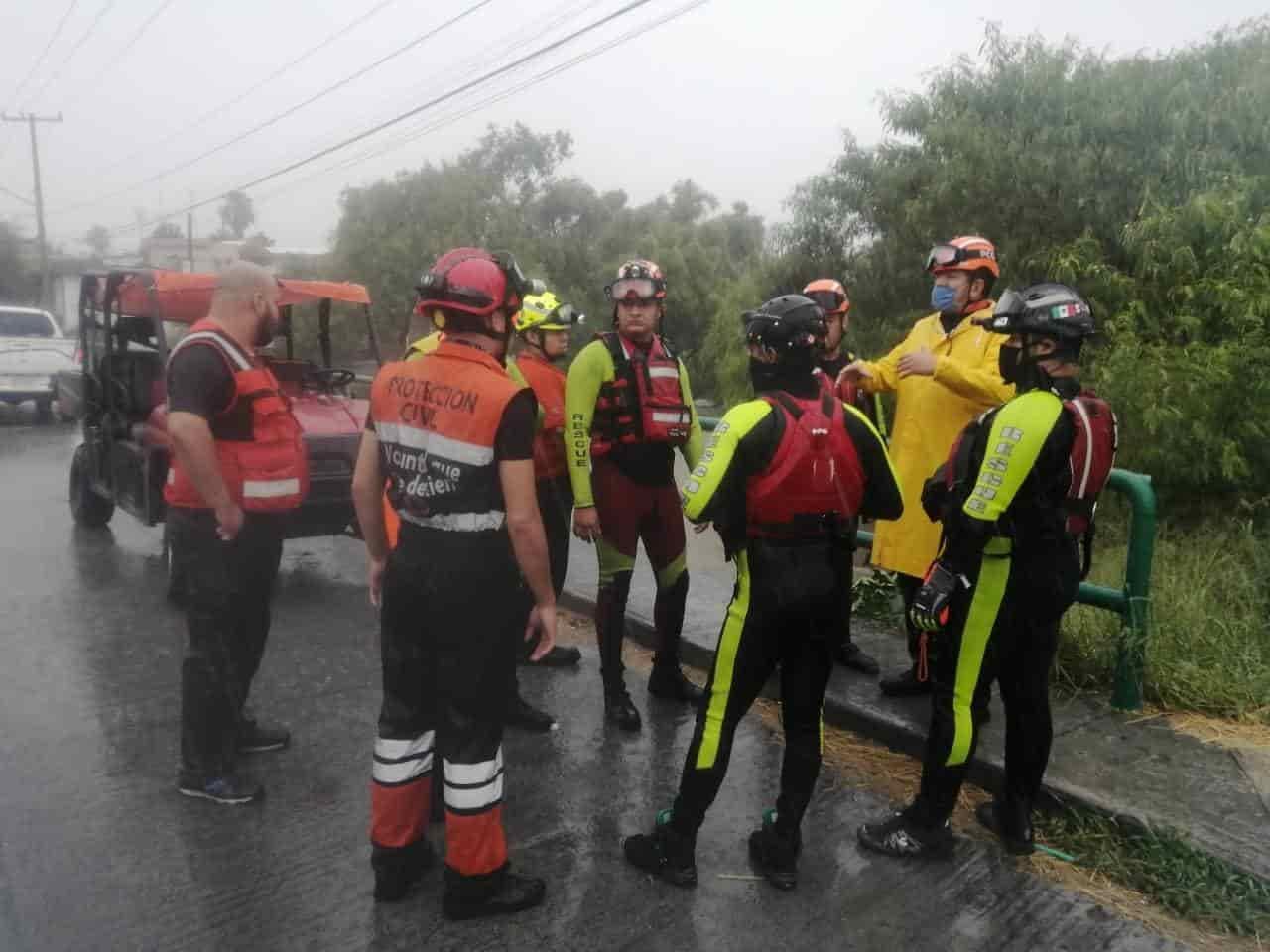 Siguen buscando al hombre fue arrastrado la corriente del agua en la Avenida Eloy Cavazos