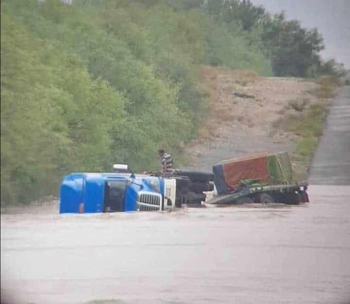 El conductor del tráiler volcado por la corriente del agua en la Carretera a Reynosa, fue rescatado por elementos de Protección Civil