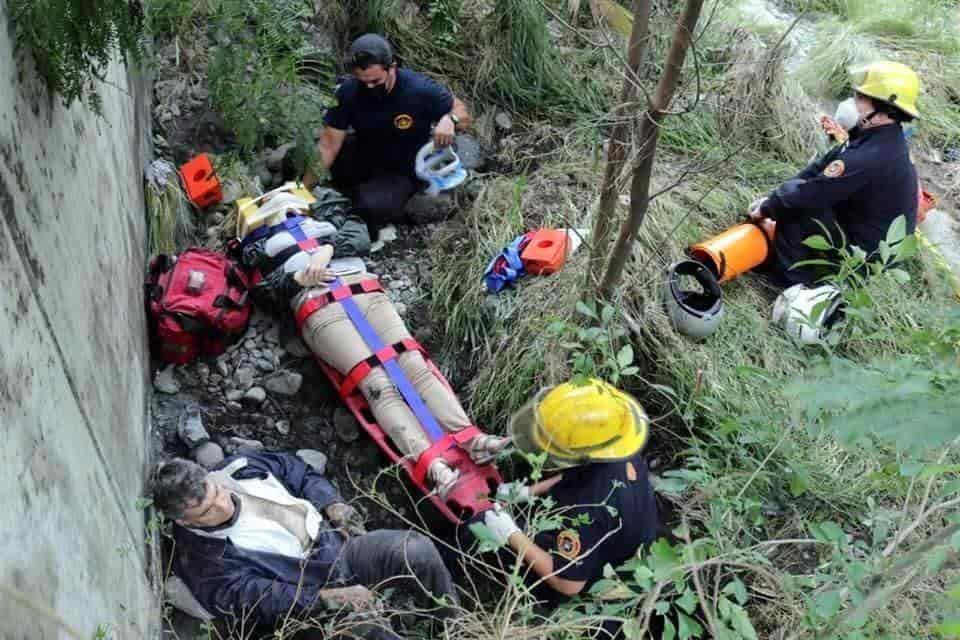 Estrellaron su motocicleta contra un barandal y cateron unos 3 metros hacía el Río Santa Catarina