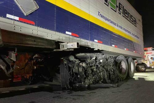 Incrusta su camioneta bajo tráiler