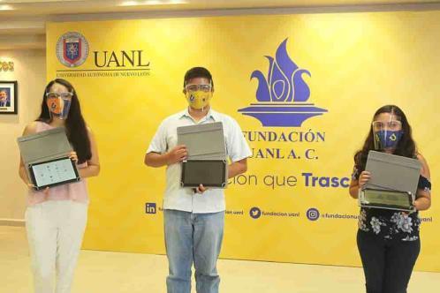 Beca UANL a tres mil estudiantes con tablets