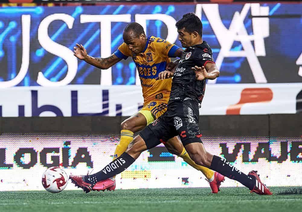 Quiñones burlando a su rival