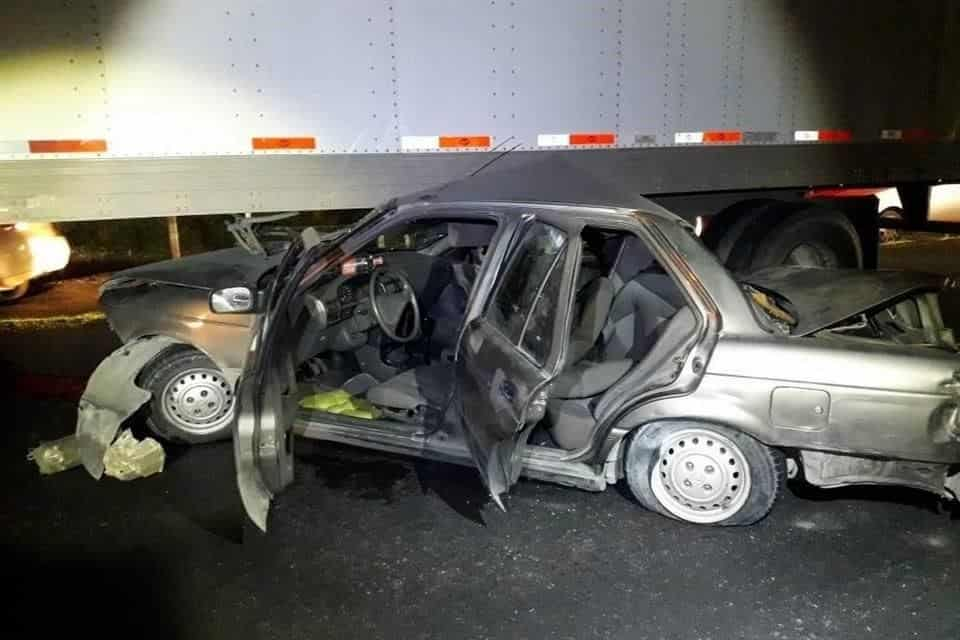 El automóvil fue impactado por un tráiler, contra otro vehículo pesado