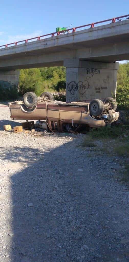 El conductor murió tras caer con todo y su camioneta de un puente
