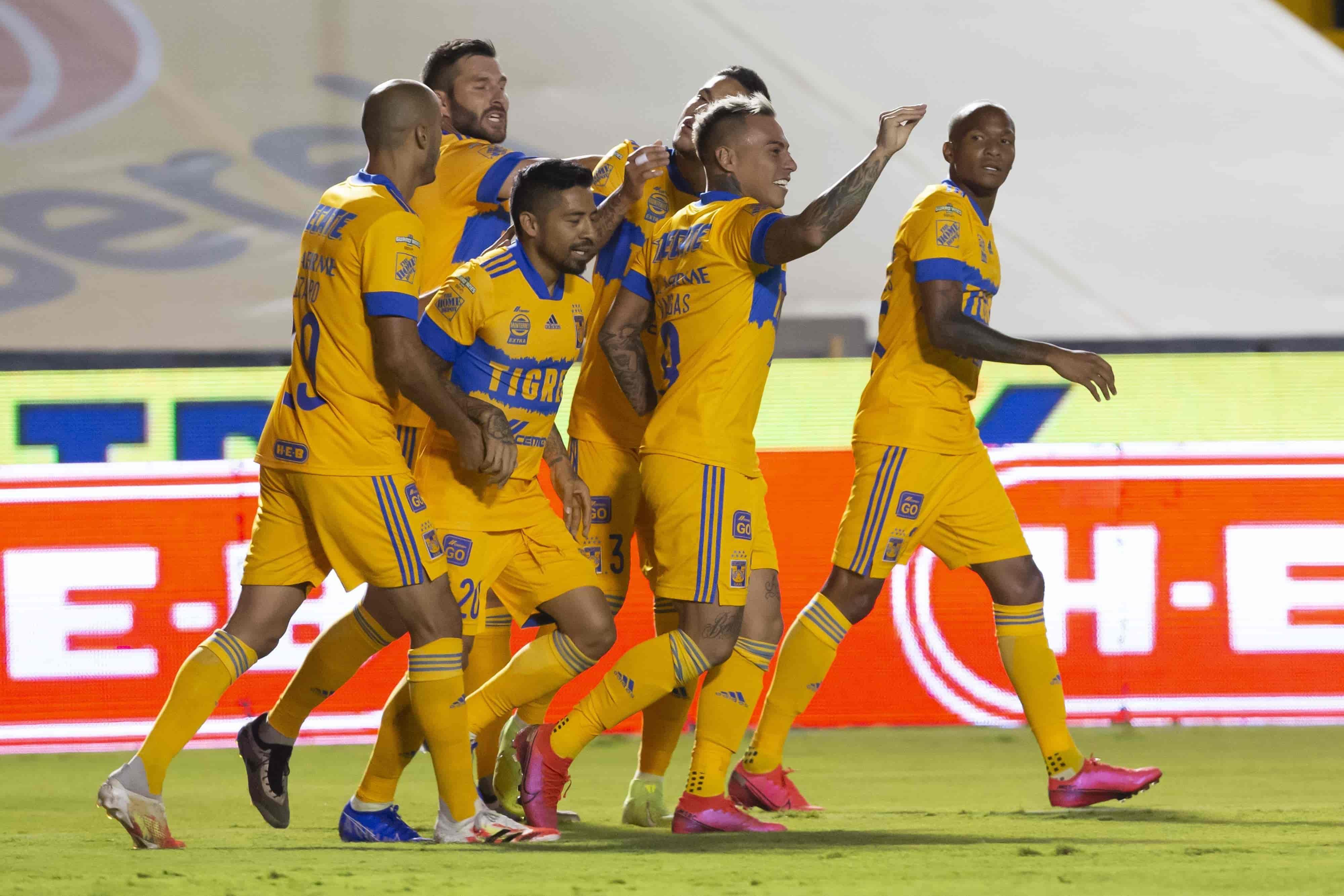 En el festejo del gol de Vargas