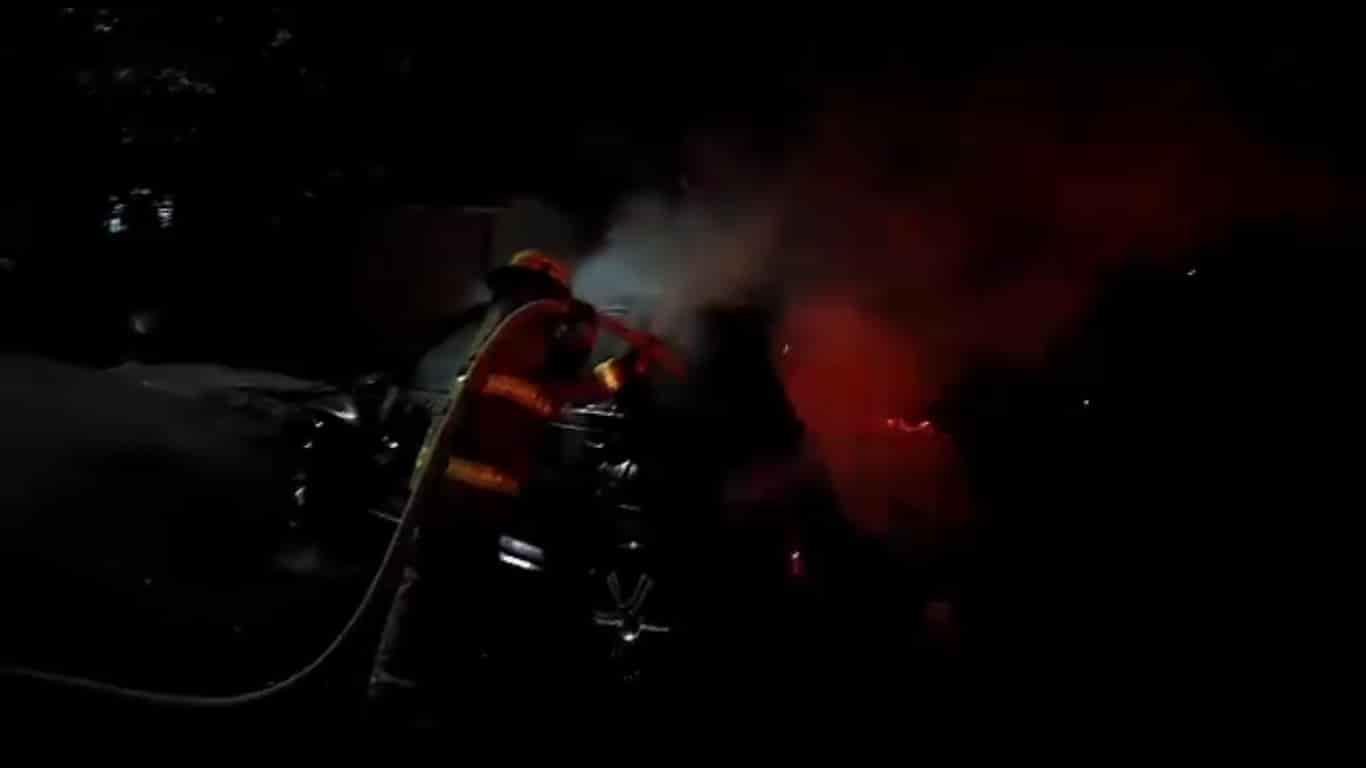 Investigan el incendio al parecer en forma intencional, de un automóvil estacionado