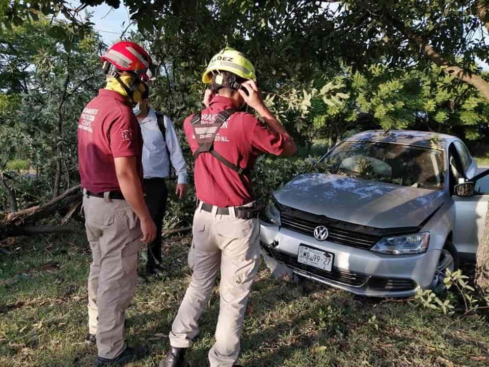 Perdió el control de su vehículo y se estrelló contra un árbol