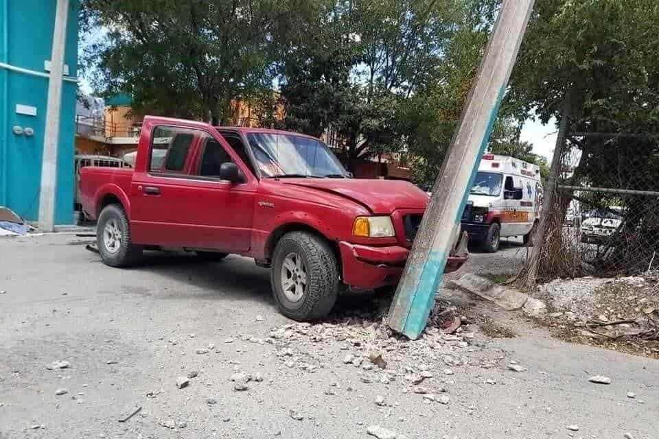 La camioneta terminó estampada contra un poste de concreto