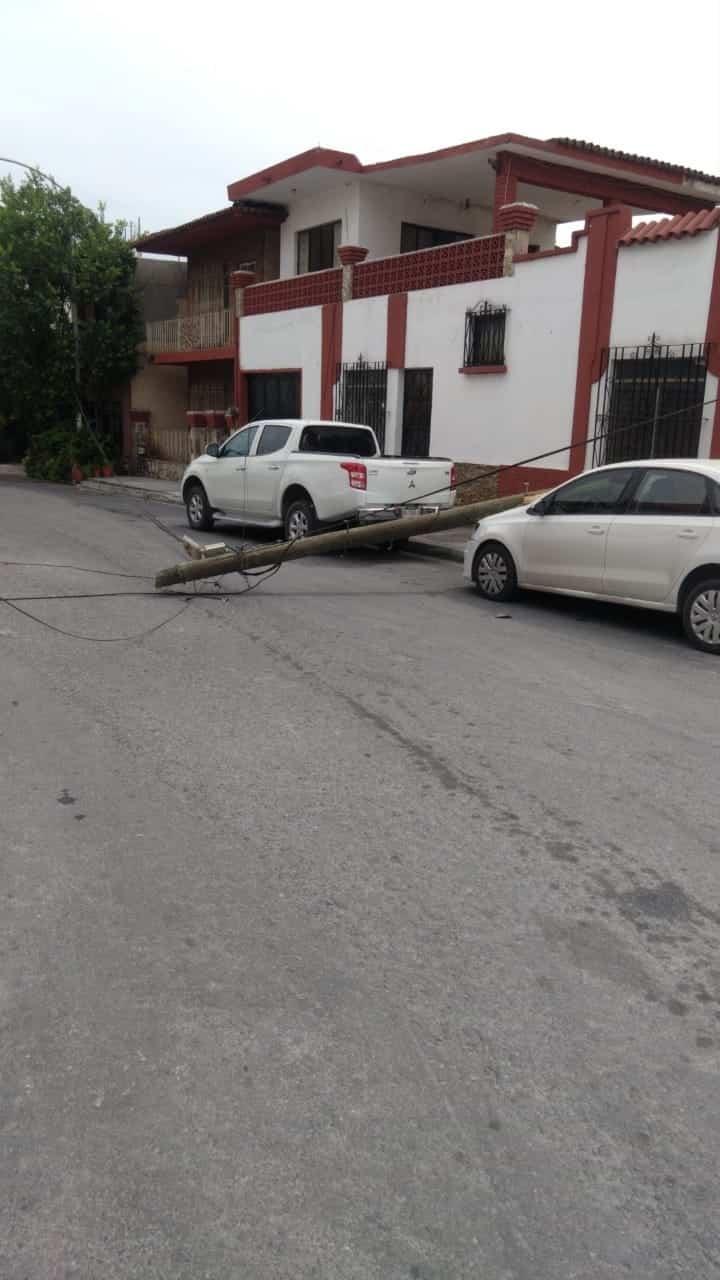 Derribó tres postes luego de engancharse cables en su unidad