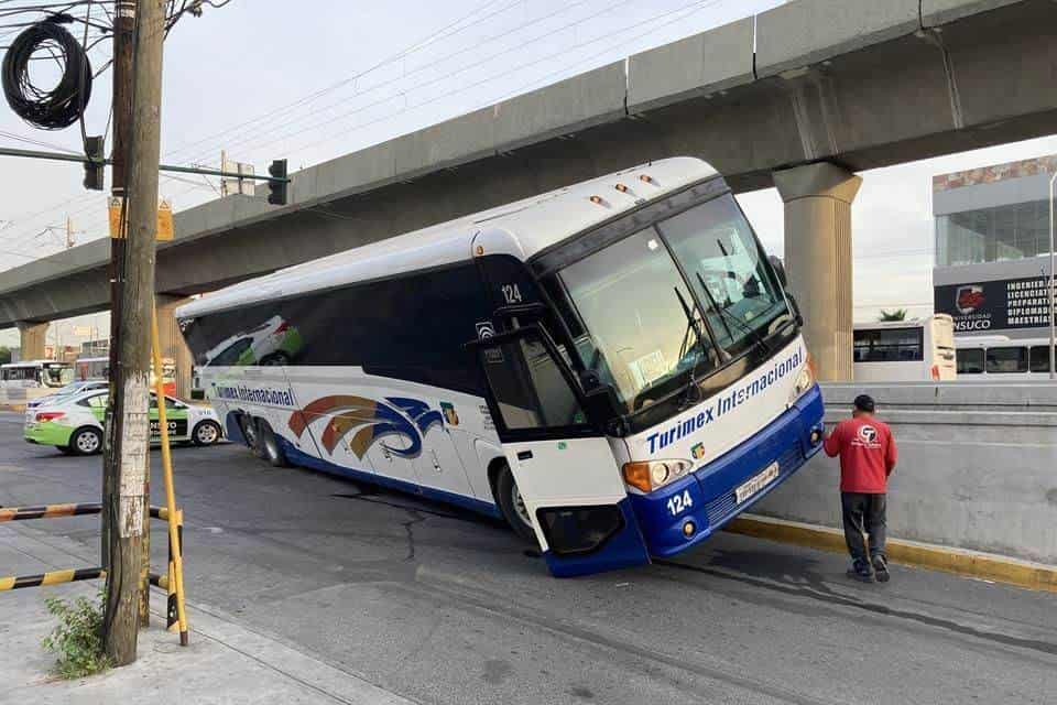 El autobús quedó montado en una banqueta