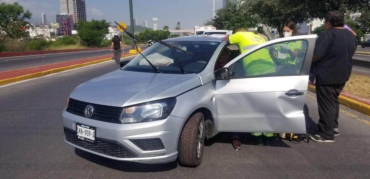 Resultó con lesiones luego de dormitar al volante y estrellarse contra un poste