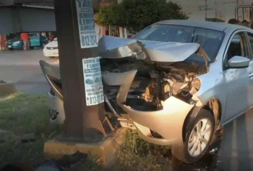 Resultó lesionado al estrellar su automóvil contra un semáforo