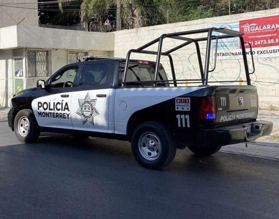 Dos delincuentes que viajaban en un automóvil de alquiler, asaltaron a tres empleados de un negocio