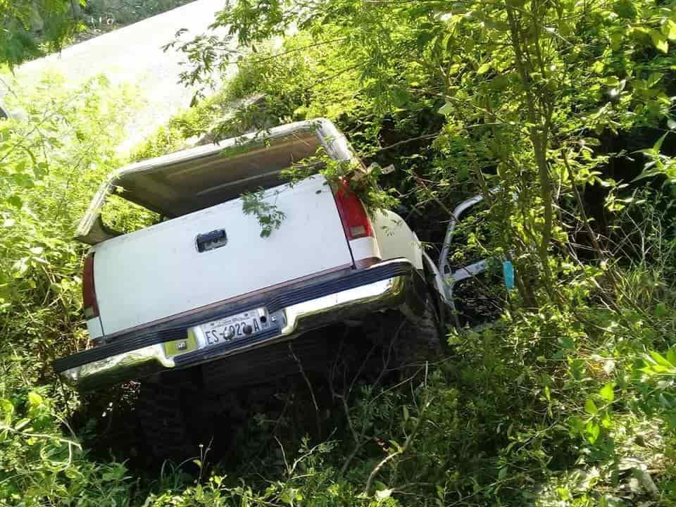Terminaron con lesiones de consideración al desbarrancarse su camioneta