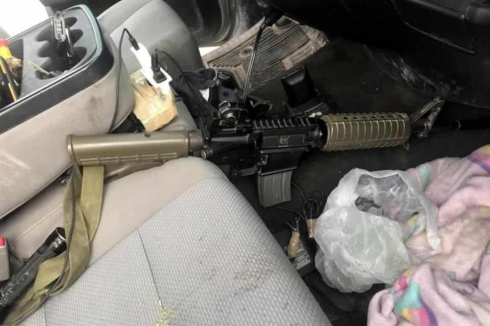 Un grupo de sicarios dejó abandonada una camioneta y dos armas largas