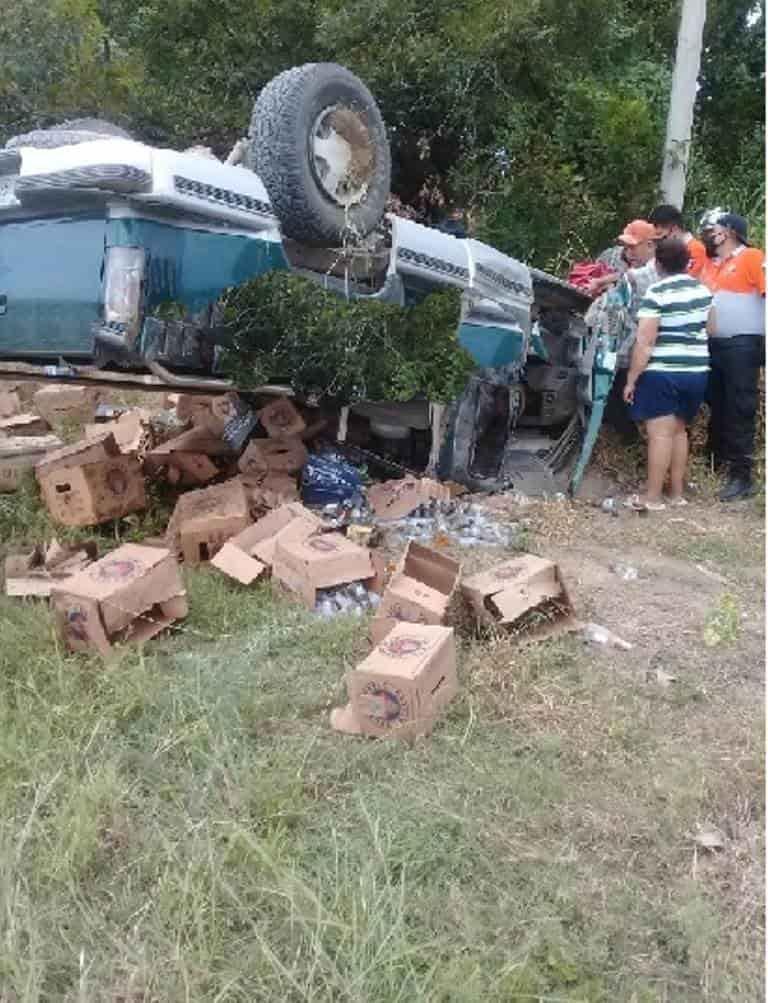 Terminó con diversas lesiones al volcar su camioneta