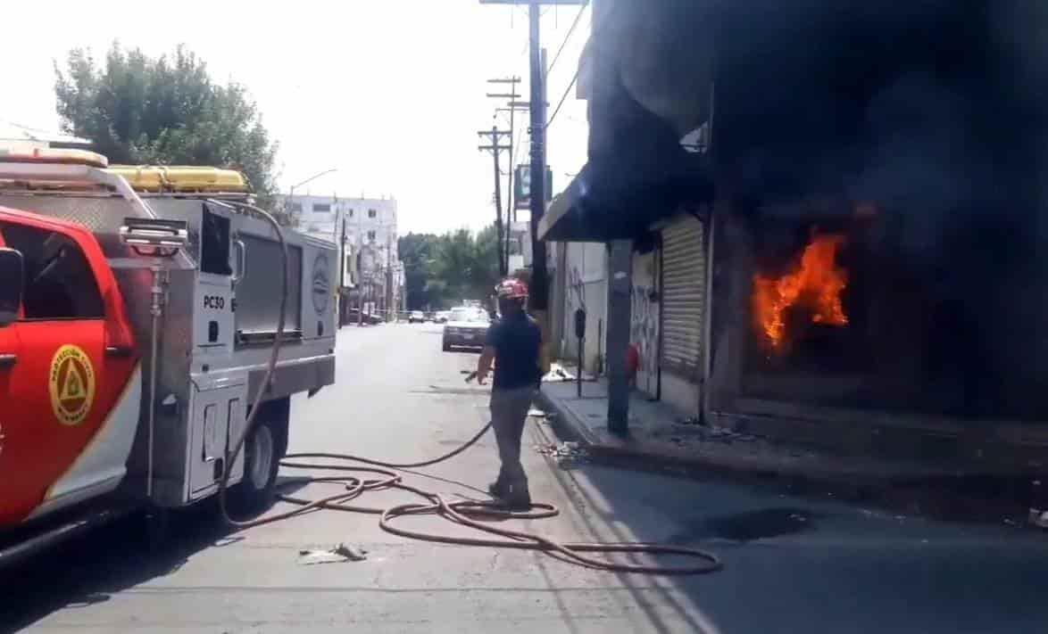 Protección Civil salvó la vida de dos indigentes que terminaron atrapados en un incendio